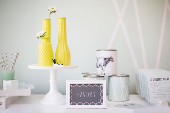 favor table and signs
