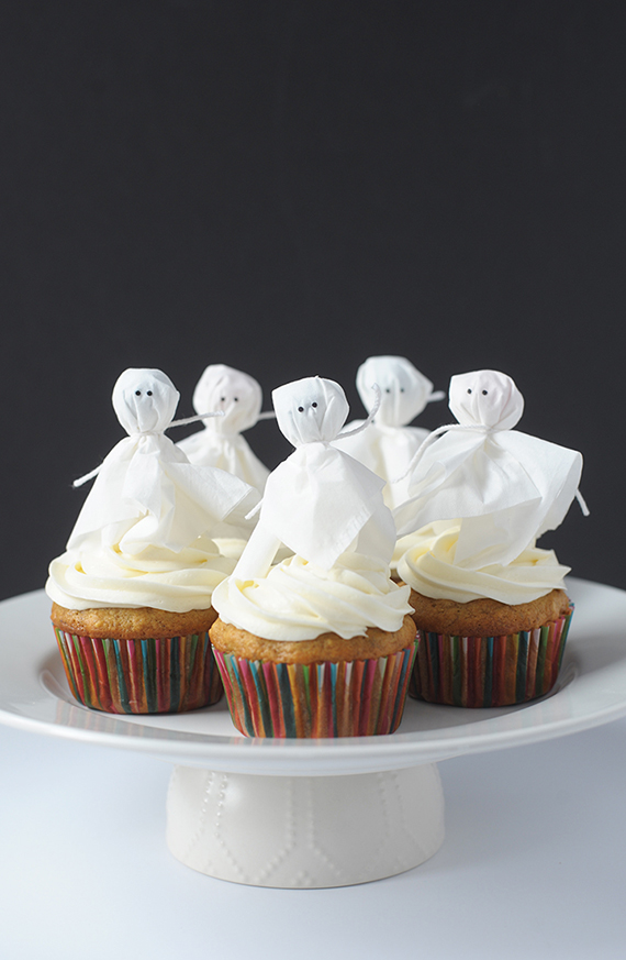 Try these simple ghost cupcake toppers made with lollipops for Halloween