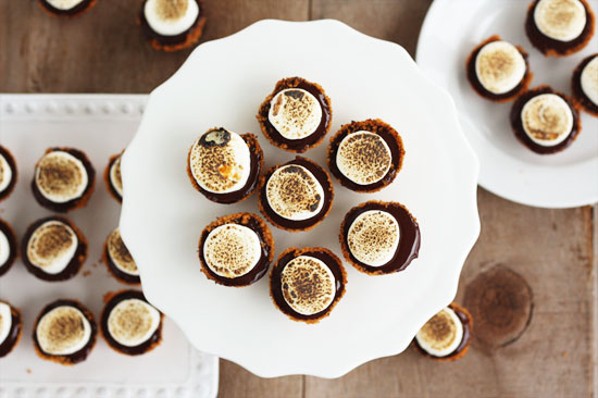 Mini S'mores Pies for Thanksgiving | from @luluthebaker for @minted